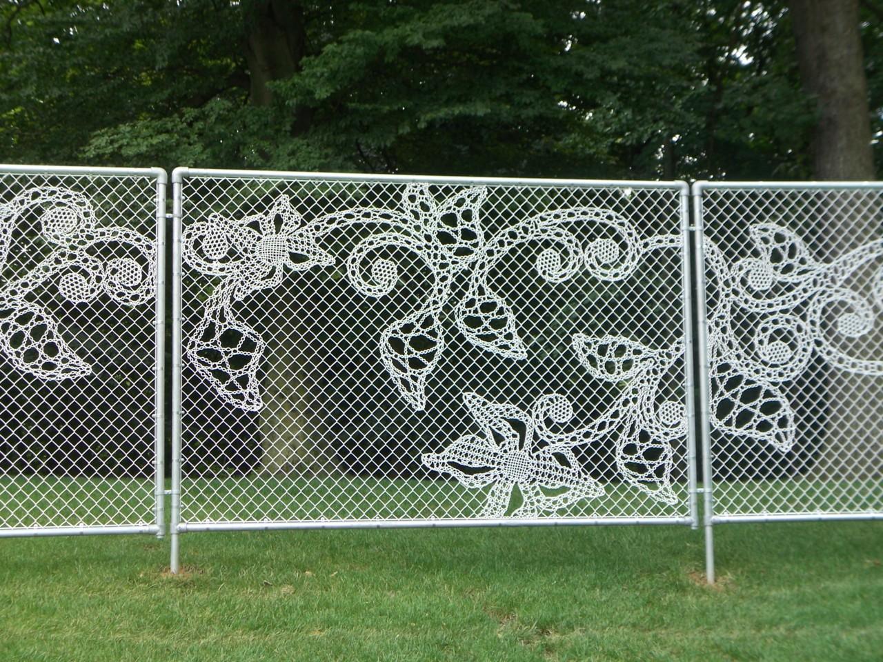 Ажурный забор из сетки-рабицы
